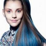 mechas azuis no cabelo castanho