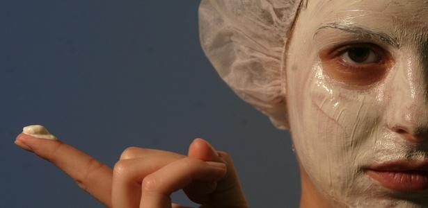 Como sabemos, a nossa pele é agredida diariamente através de inúmeros factores, essencialmente factores externos, como o sol, o vento, as alterações climatéricas, entre outros. Deste modo ao longo do dia esta acumula muitas impurezas, estas que de certa forma contribuem negativamente para a vitalidade da nossa pele. Logo se queremos ter uma pele bonita e suave, devemos diariamente implementar algumas práticas que nos levem a alcançar este feito.